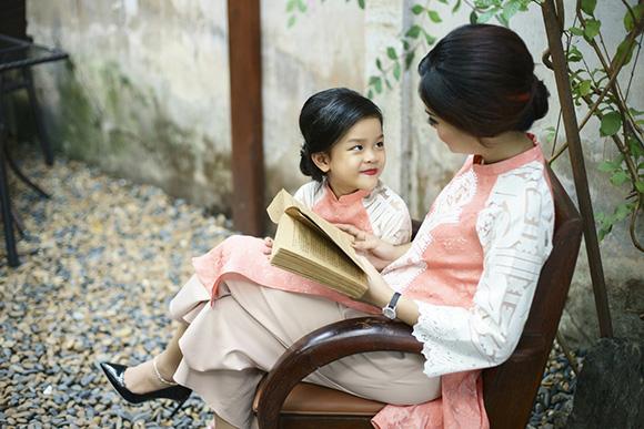 """Á hậu Vân Anh hóa thân thành """"quý cô"""" duyên dáng với những tà áo dài"""