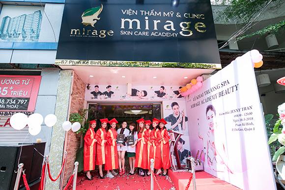 Không gian tràn ngập hoa tại Mirage Academy Beauty Spa trong ngày khai trương