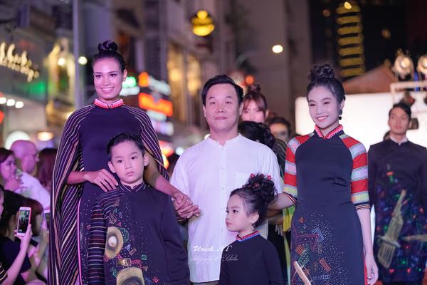 """NTK Việt Hùng mang """"Âm vang đại ngàn"""" ra Thời trang phố"""