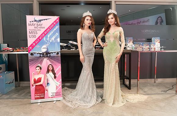 Hoa hậu Hồng Vân quyến rũ và gợi cảm bên triển lãm máy bay mô hình lần đầu tiên tại Việt Nam