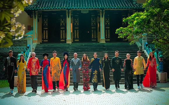 Sinh viên, học viên Khoa VIỆT NAM HỌC Trường Đại Học Xã Hội và Nhân Văn Thành Phố Hồ Chí Minh dịu dàng trong tà áo dài Việt Hùng