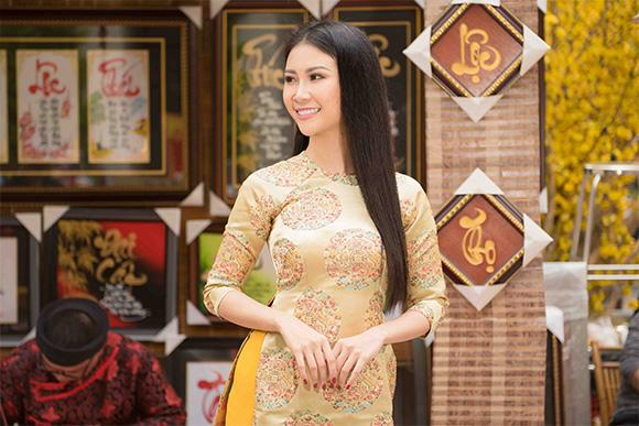 Nàng thơ áo dài Liên Phương dịu dàng trên đường phố Sài Gòn Tết