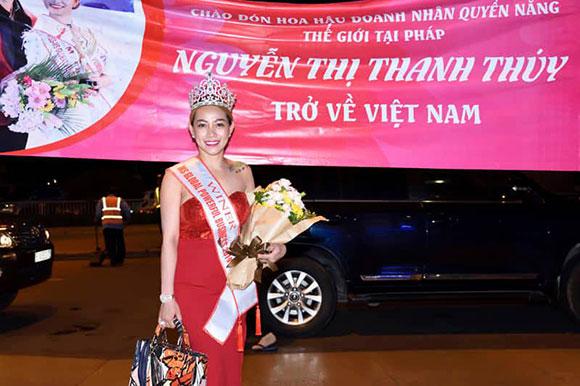 Hoa hậu Nguyễn Thị Thanh Thúy rạng ngời giữa đời thường khi về đến Việt Nam.