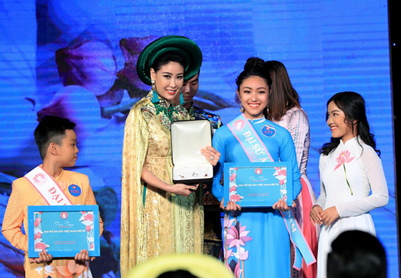 Bảo Nguyên, Minh Anh, Gia Huy rạng rỡ đăng quang Gương mặt Đại sứ áo dài VN bảng Thiếu niên- Thiếu nhi