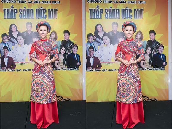 Đại sứ áo dài VN Trương An Xinh đài các trong áo dài Việt Hùng đấu giá từ thiện