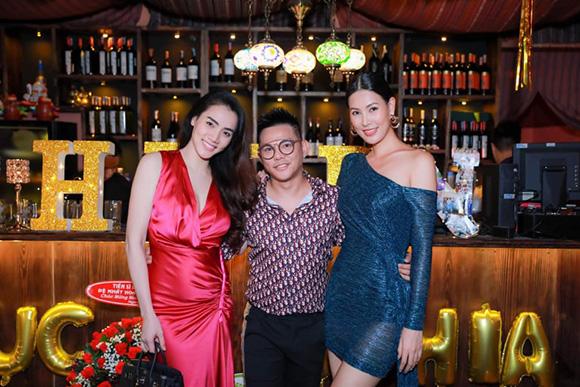 Á hậu Trang Nhung và Á hậu Thanh Hoài bất ngờ xuất hiện trong sinh nhật chuyên gia trang điểm Phúc Nghĩa
