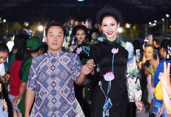 Dàn mẫu danh tiếng Việt lộng lẫy trình diễn hơn 100 bộ Áo dài của NTK Việt Hùng