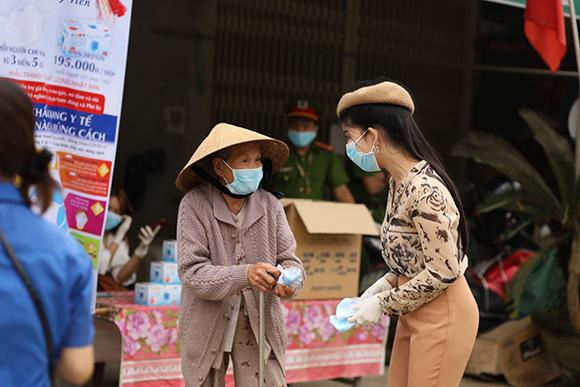 Hành động ý nghĩa như cô tiên trong dịch Covid 19 của hoa hậu doanh nhân Trần Mỹ Tiên