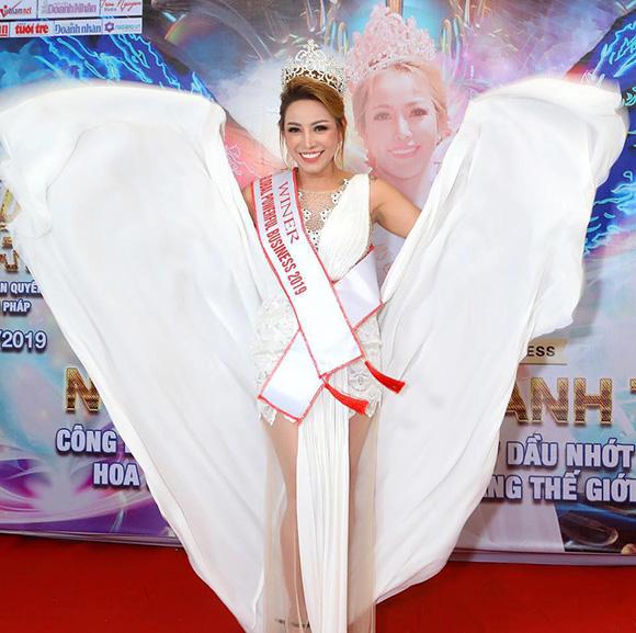 """Hoa hậu Thanh Thúy gây """"bão mạng"""" trên trang Youtube với nhật xét thâm thúy"""