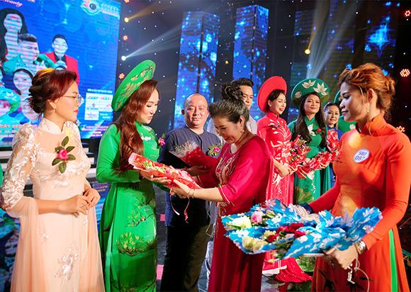 NTK Phương Uyên người tạo Miss Áo dài- Teacher  S Beauty trao nhiều danh hiệu cho những người yêu cái đẹp