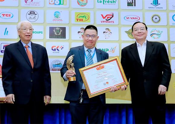 Thống đốc Ngân hàng nhà nước Việt nam – Cao Sĩ Kiên và Tiến sĩ Nguyễn Văn Cường – Viện trưởng viện Kinh tế quốc gia vinh danh Ông bếp Việt Nam