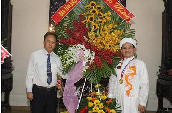 Đại lễ kĩ niệm Ngày khai đạo Cao Đài và Công bố Đạo lịch năm thứ 94. Ban tôn giáo Chính Phủ tặng hoa cho Thạc sĩ Nguyễn Hữu Nhơn